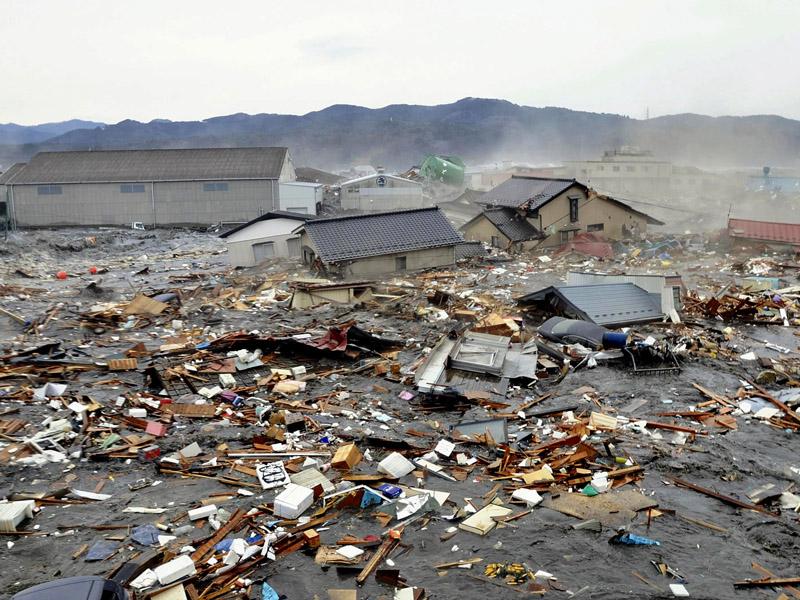 http://elsaelsi.files.wordpress.com/2011/03/106732_tsunami-hantam-jepang.jpg